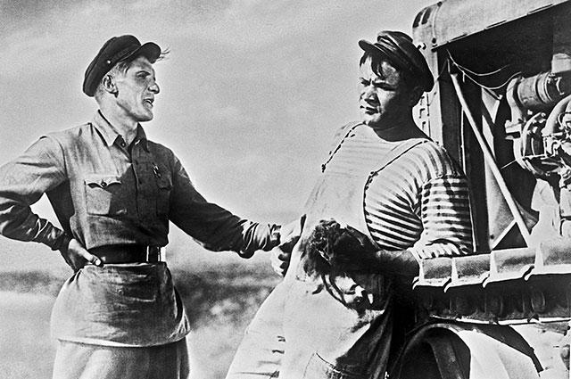 «Трактористы» (1939). В роли Клима Ярко— артист Николай Крючков (слева), вроли Назара Думы— артист Борис Андреев.
