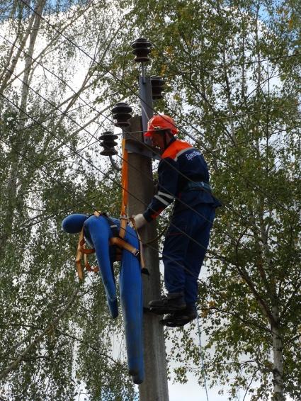 Оказание первой помощи пострадавшему от действия электрического тока без применения спецтехники.