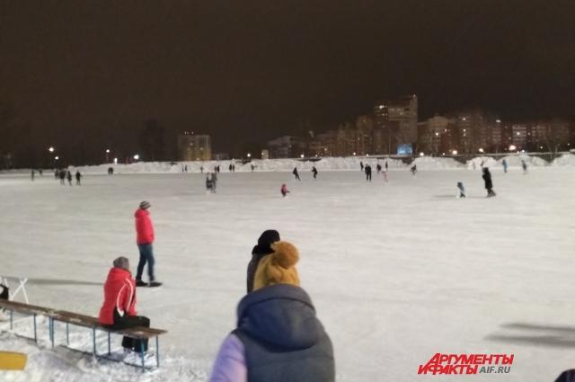Не обязательно ехать в центр города, чтобы покататься на коньках