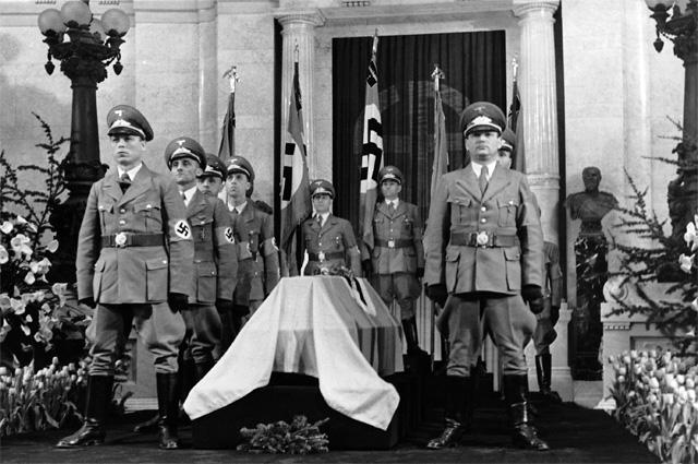 Почетный караул у гроба Роберта Боша. 18.03.1942 год