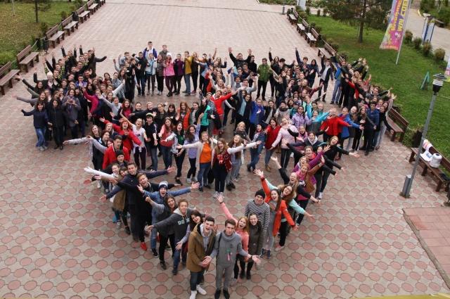 Студенты, преподаватели и выпускники юрфака на Курсе молодого студента.