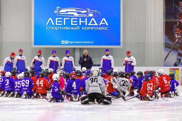 Вячеслав Фетисов с преподавательским штабом академии.