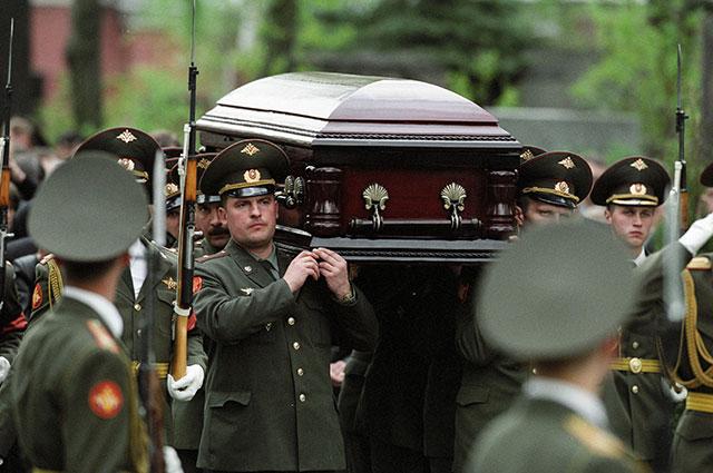 Солдаты несут гроб с телом губернатора Красноярского края генерала Александра Лебедя, погибшего в авиакатастрофе.