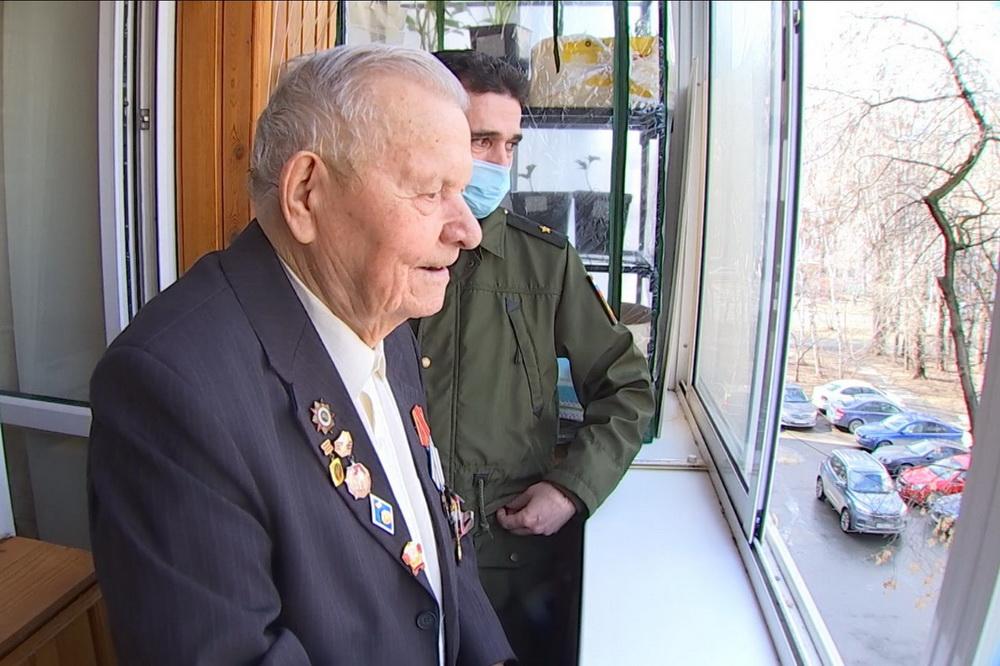 Михаил Чечулин наблюдал парад с трибуны, в роли которой выступил балкон его квартиры.