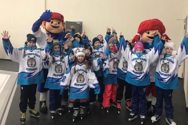 Хоккейная команда девочек «Серебряные волчицы» завоевала третье место на Всероссийском турнире.