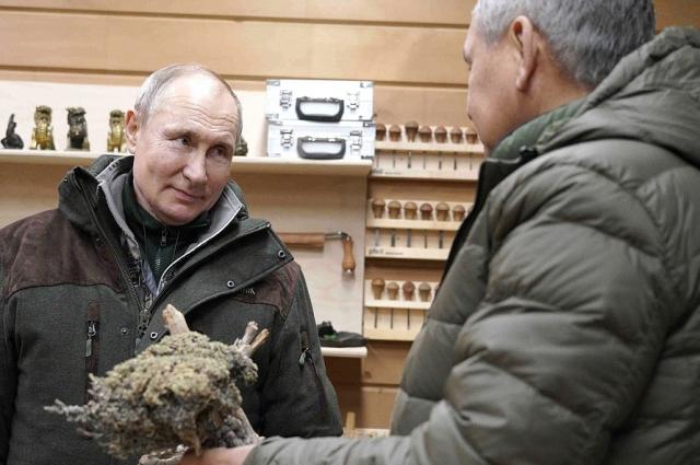 Сергей Шойгу показал Владимиру Путину свою мастерскую.