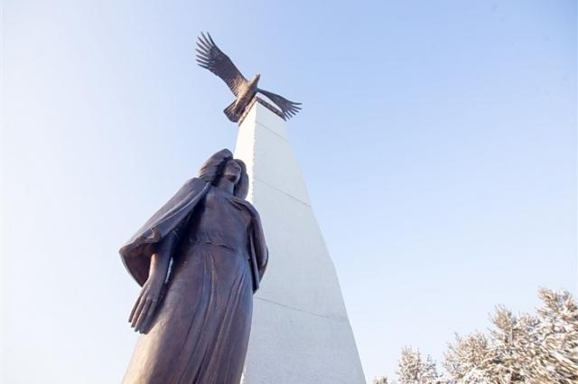Бронзовая скульптурная композиция «Мать, ждущая сына с войны» появилась по инициативе ветеранов Афганистана.