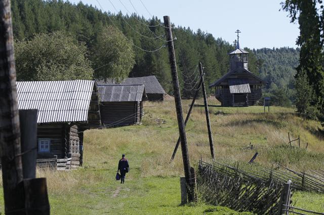 Алексей Тряпицын разносит корреспонденцию жителям деревни Зихнова в Кенозерском национальном парке