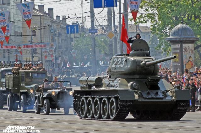Танк Т-34 на параде в Калининграде.