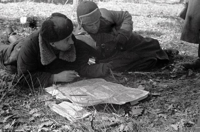 Партизаны изучают карту военных действий