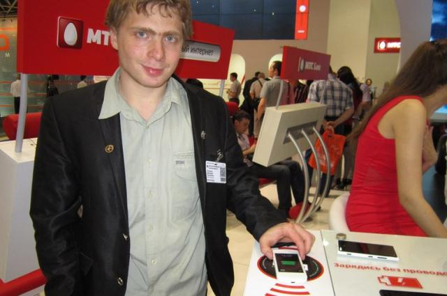 Дмитрий представляет свою новую разработку в магазине мобильной связи