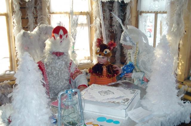 Дед Мороз и Снегурочка выслушают все желания.