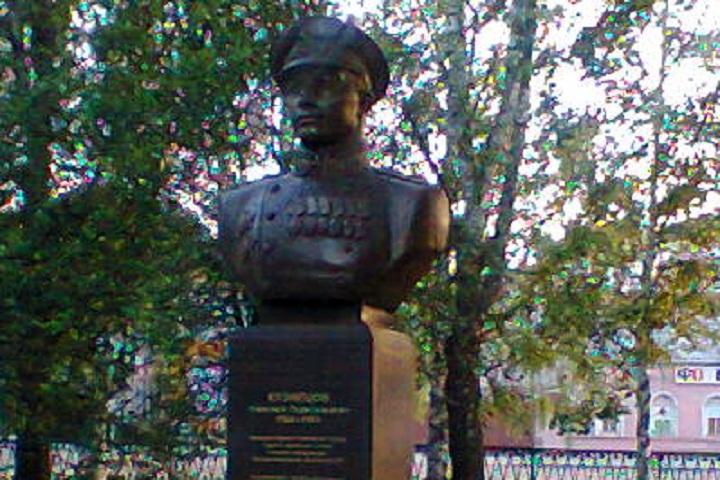 Памятник адмиралу в Вологде.