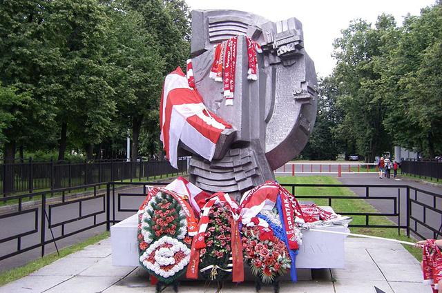 Памятник погибшим в 1982 году после матча на стадионе Лужники.