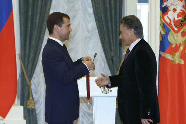 Президент России Дмитрий Медведев во время вручения ордена За заслуги перед Отечеством III степени поэту Андрею Дементьеву на торжественной церемонии вручения государственных наград в Екатерининском зале Кремля. 23 декабря 2008 года