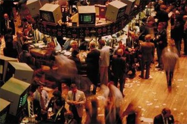 «Трейдеры на полу» в Нью-Йоркской фондовой бирже. Для каждой из тысяч торгуемых ценных бумаг имеется свой отдельный торговый центр, своя «яма».