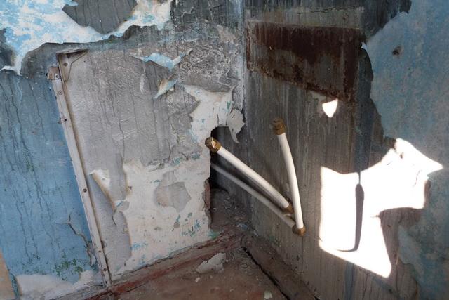 В стенах в квартирах и в подъезде огромные дыры.