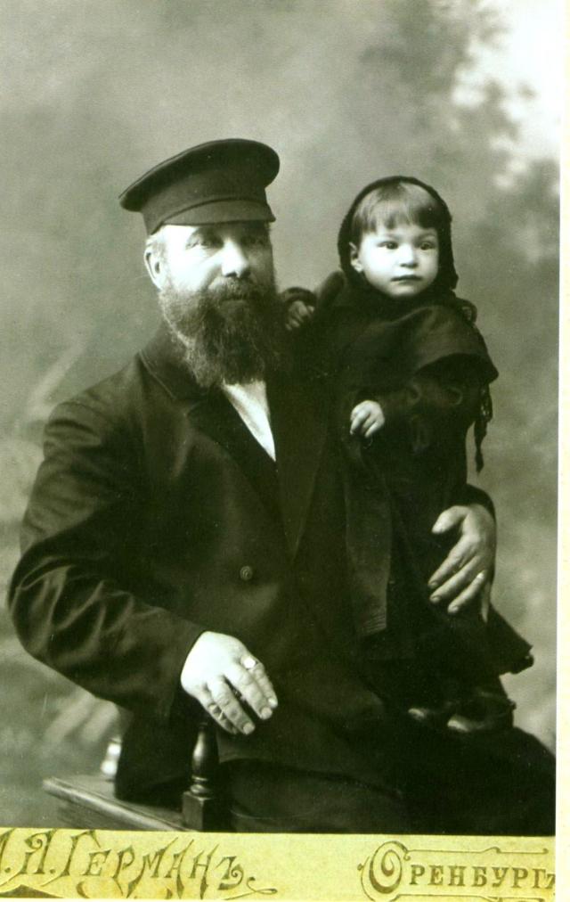 Оренбургский мещанин с младшей дочерью.