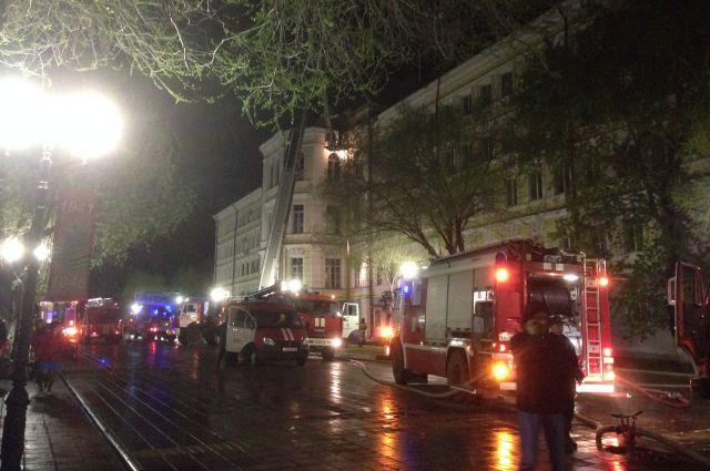 Пожар уничтожил третий этаж и часть второго.