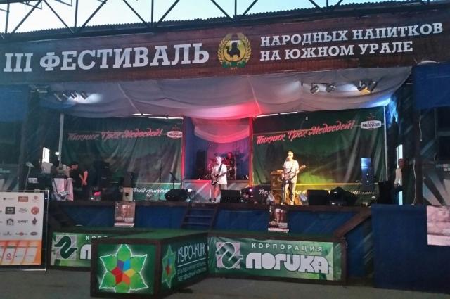 В рамках фестиваля на свежем воздухе проходит рок-концерт.