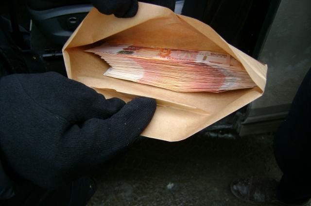 Во время задержания сотрудники ФСБ изъяли у подозреваемого конферт с деньгами