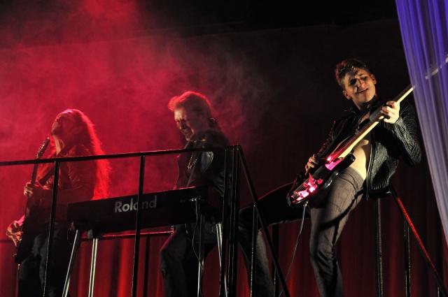 Центральная тема спектакля - песня «Sail away» британской рок-группы «Deep Purple».