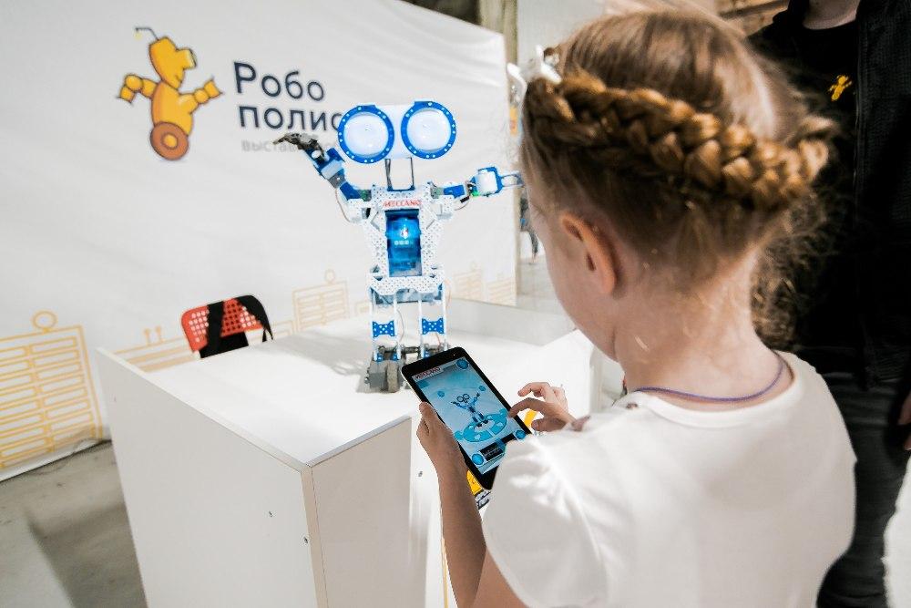 На выставке можно играть и взаимодействовать с роботами.