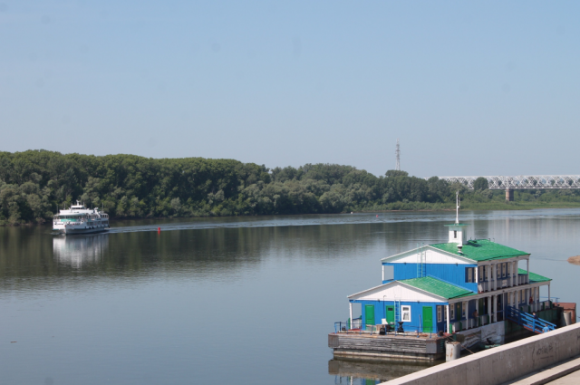Временный речной причал на реке Белой.