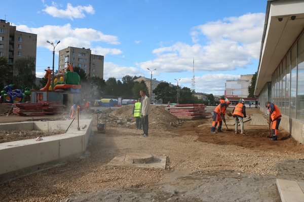 На площадке возле ЦУМа активно идут работы.