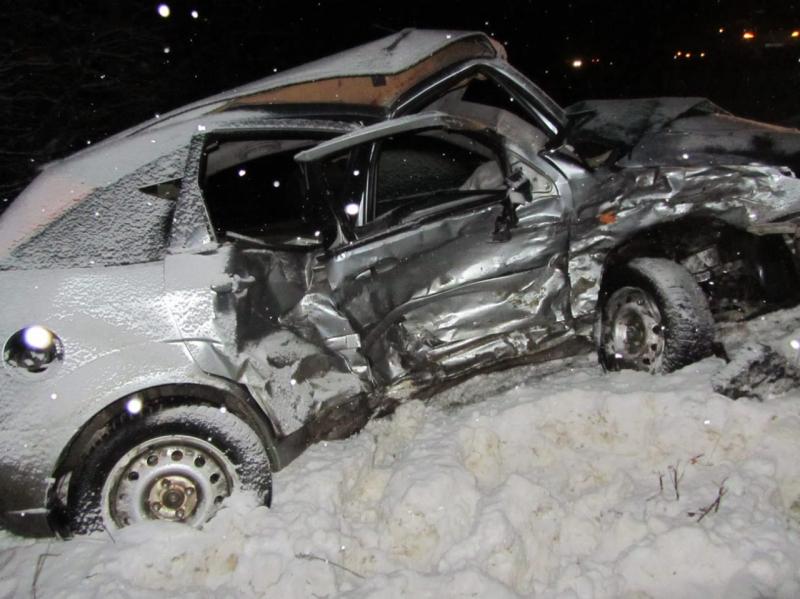 От удара автомобиль Ford выбросило с дороги.