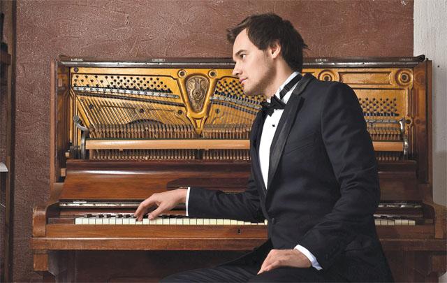 Альбер Жалилов – молод и оригинален. Женщин он порадует своим пением на концерте 8 марта.