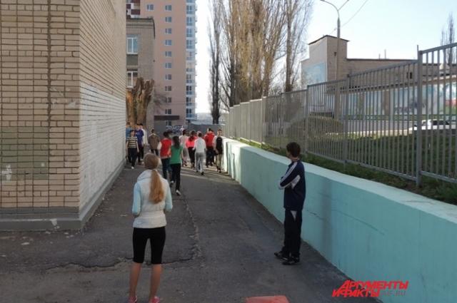 Вместо стадиона школьники бегают вокруг здания школы