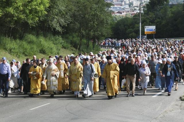 Впереди шествия с церковным фонарем идет монах Кирион.