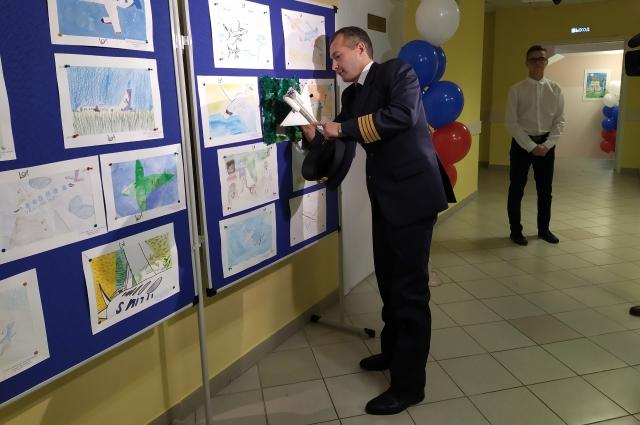 Дамир Юсупов оставил автографы на рисунках школьников.