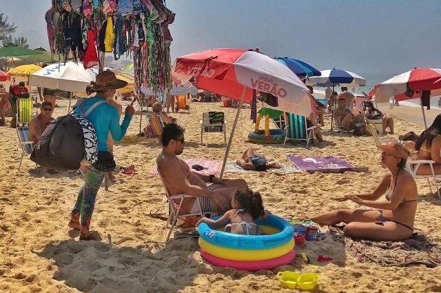 Все свободное время бразильцы проводят на пляже.