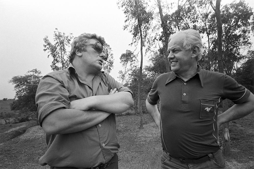 Корреспондент Гостелерадио, советский журналист-международник Александр Александрович Каверзнев и телеоператор Владимир Гусев во время командировки во Вьетнам. 1979 г.