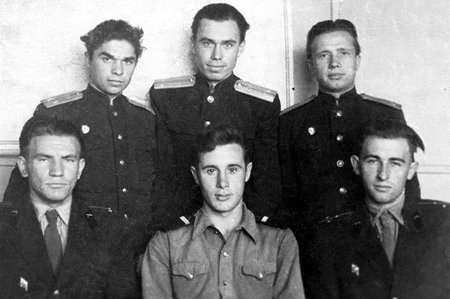 Владимир Порошков (внизу слева) с сослуживцами