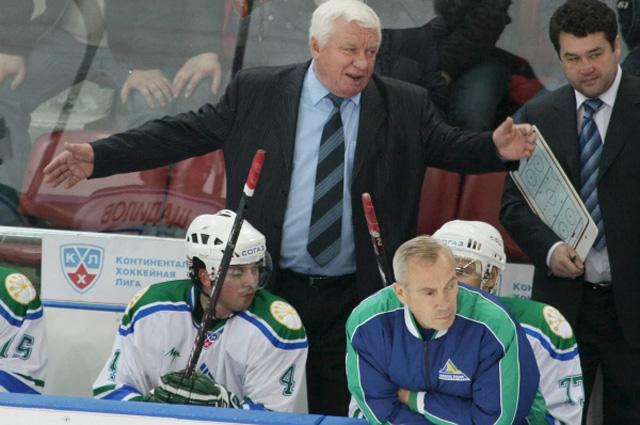 Сергей Михалёв (в центре) в перерыве матча КХЛ: ЦСКА (Москва) Салават Юлаев (Уфа), 2008 г