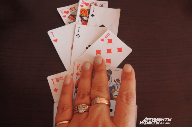 Раиса гадает и на обычных игральных картах, и на Таро