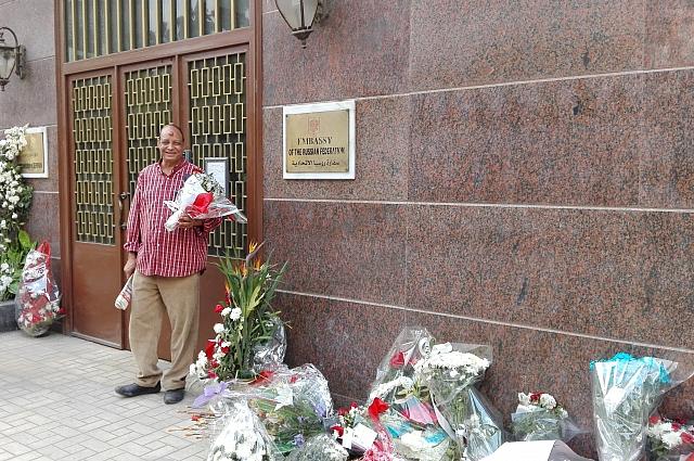 Цветы у российского посольства в Египте.