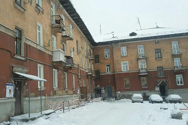 Во дворе дома под балконами установили ограждения.