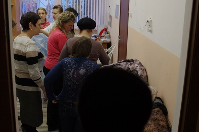 В коридорах школы очень много людей.