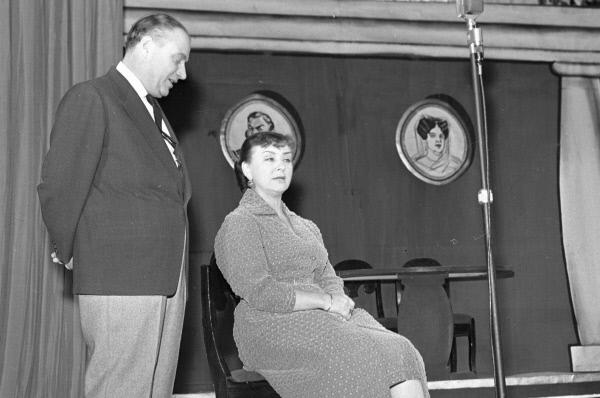 Мария Миронова и Александр Менакер в прологе «Почти по Гоголю» на сцене Московского театра эстрады. 1959 год.