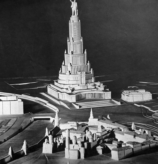 Гигантский Дворец Советов хо-тели построить на месте уничто-женного храма Христа Спасителя.