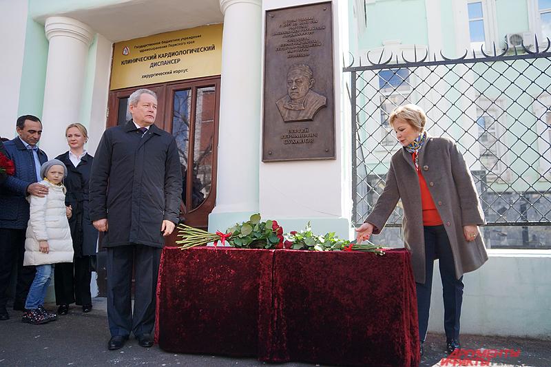 Автором мемориальной доски стал заслуженный художник Российской Федерации, пермяк Равиль Исмагилов.