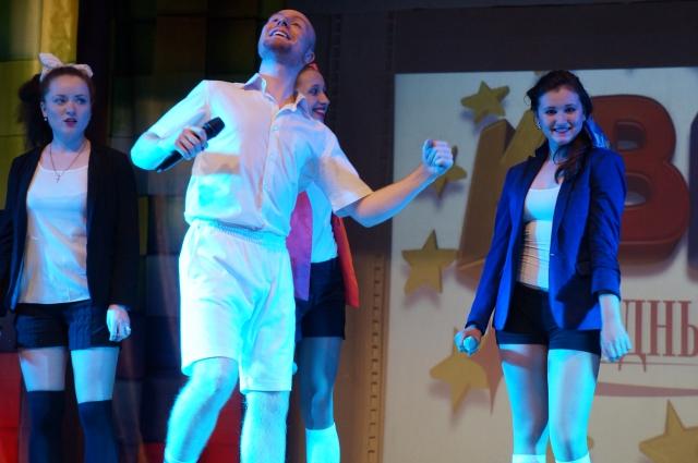 Один мужчина и куча девушек из команды «Алексей Сергеевич» обаяли и рассмешили зрителей.