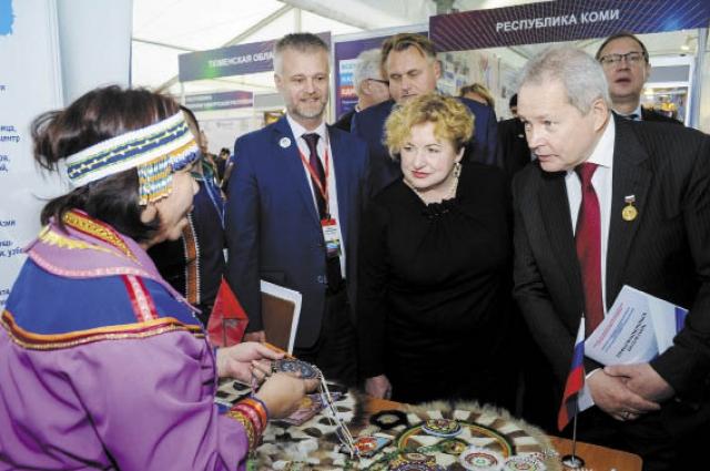 Участники привезли на выставку изделия народного творчества, литературу о коренных народах, а также традиционные блюда.