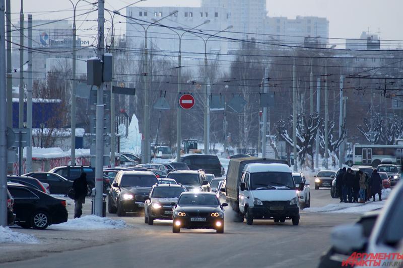 Ближе к полудню морозный город заполняется автомобилями.