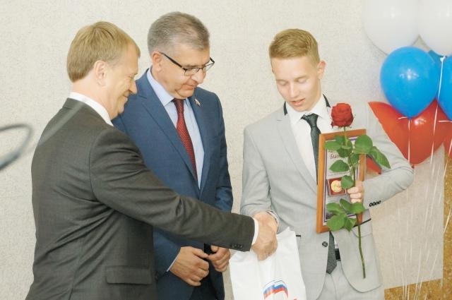 Игорь Сапко вручили выпускникам золотые медали.