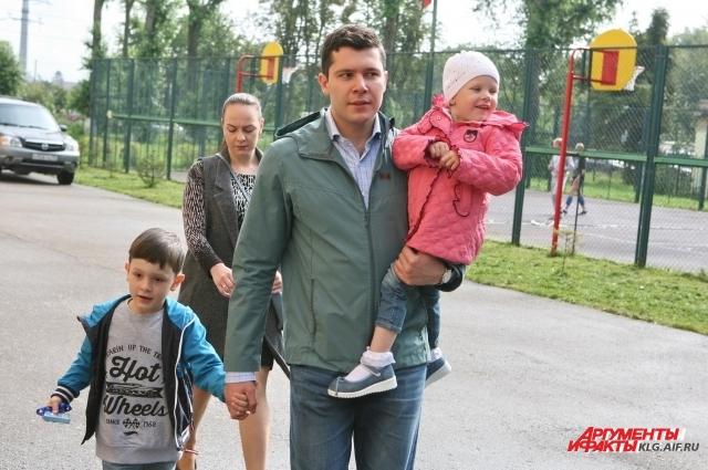 Антон Алиханов пришел на избирательный участок с семьей.